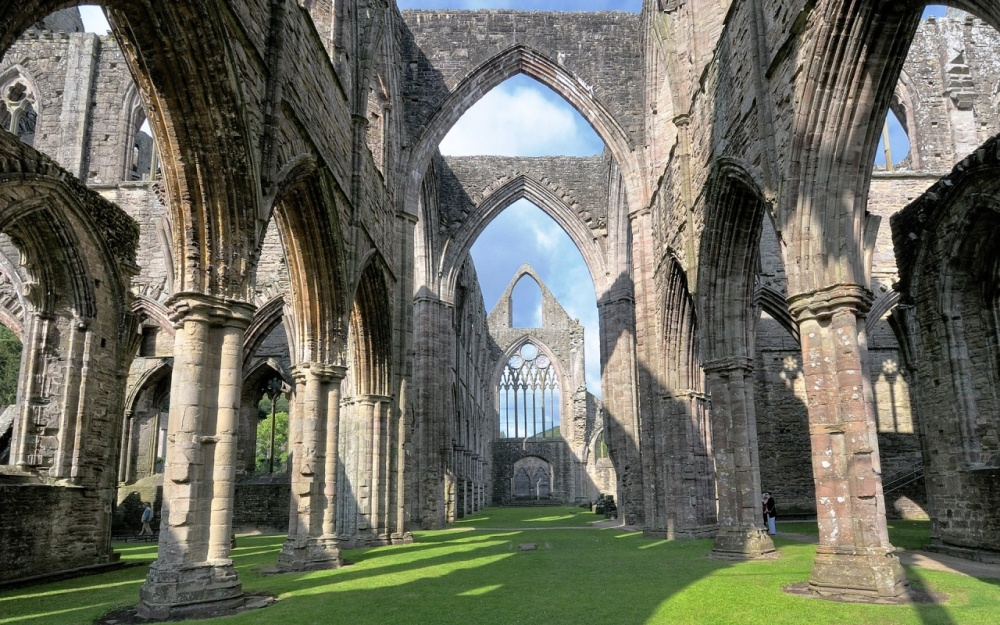 800px-Tintern_Abbey_and_Courtyard